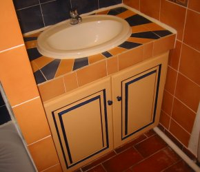 En suite bathroom, belonging to the master bedroom on the first floor. Detail of tile design - Click to enlarge.